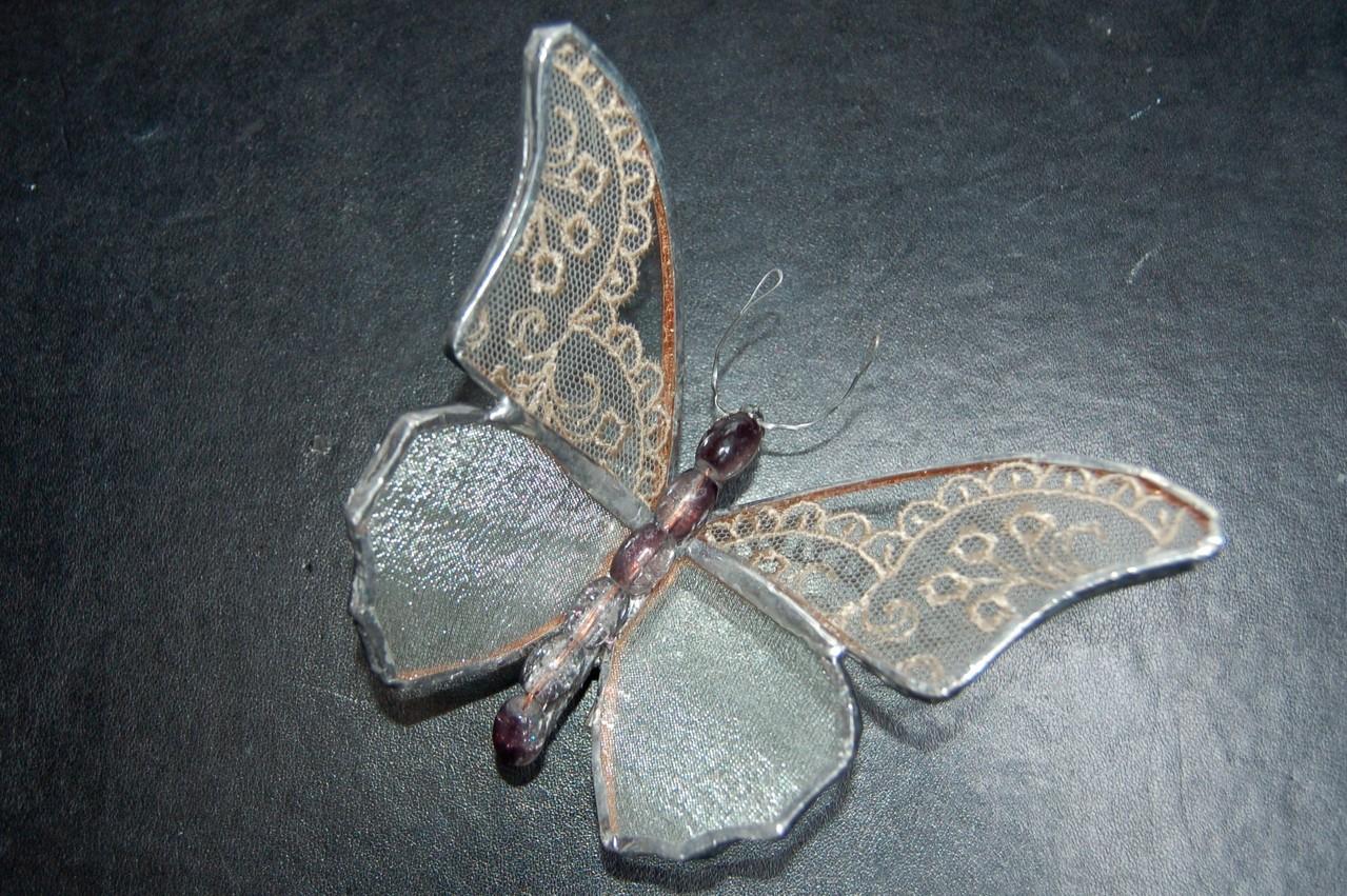 Papillon réalisé en Tiffany avec inclusion de dentelle