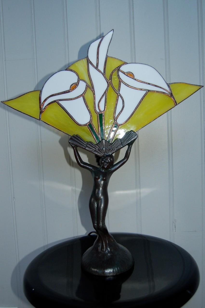 Lampe réalisée en Tiffany sur pied bronze Eteinte