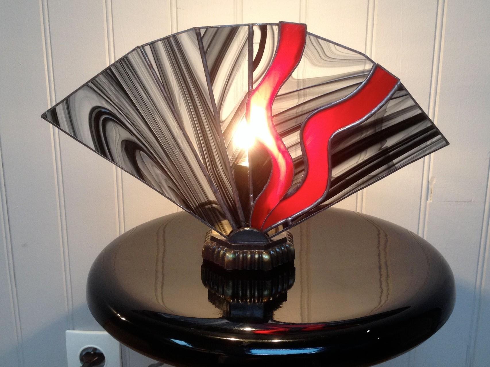 Lampe éventail rouge et noire pied bronze Allumée