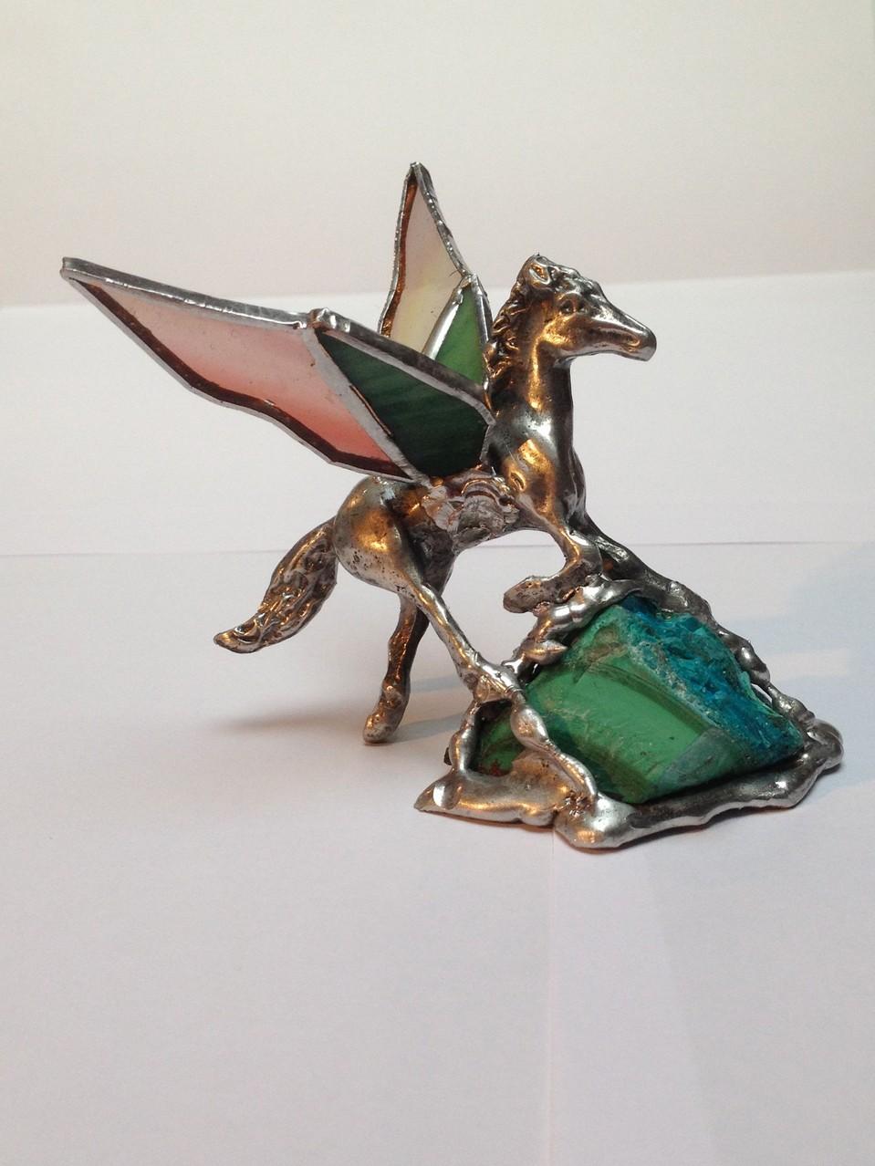 Pégase: statuette en étain ailes en Tiffany posée sur Malachite