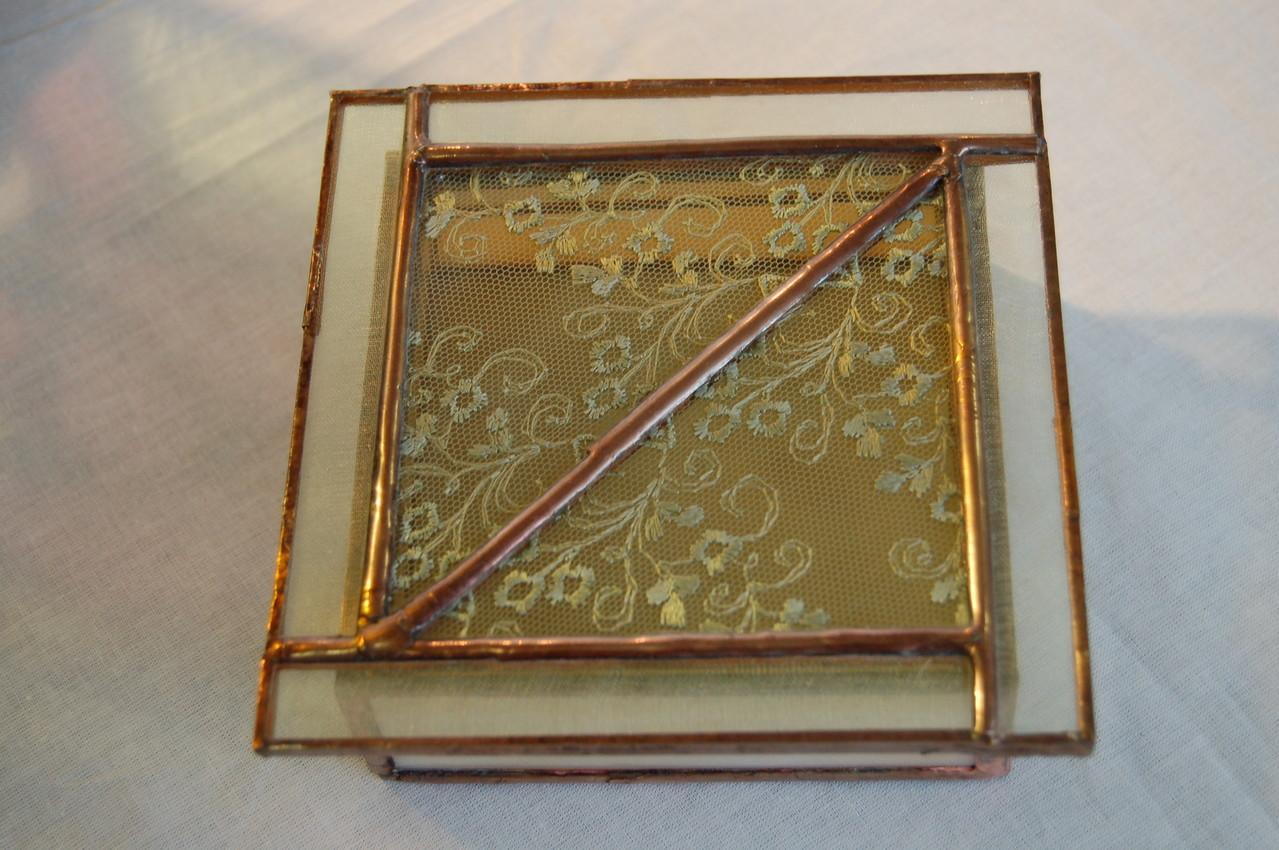 Boite réalisée en Tiffany avec inclusion de dentelle et ruban