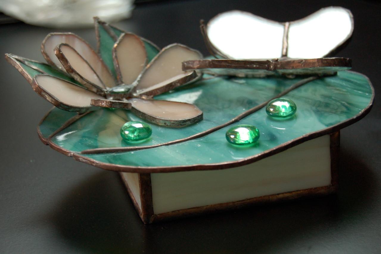 Boite réalisée en Tiffany avec papillon en inclusion de dentelle