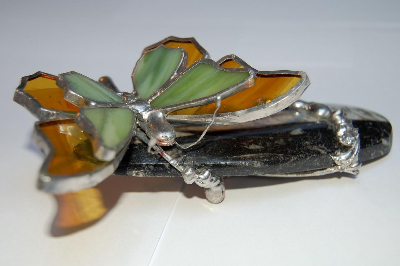 Papillon réalisé en Tiffany sur fossile