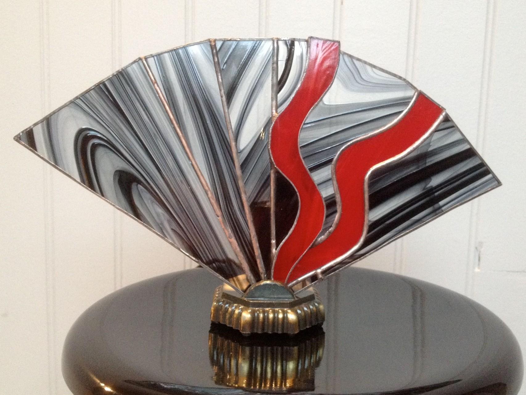 Lampe éventail rouge et noire pied bronze Eteinte