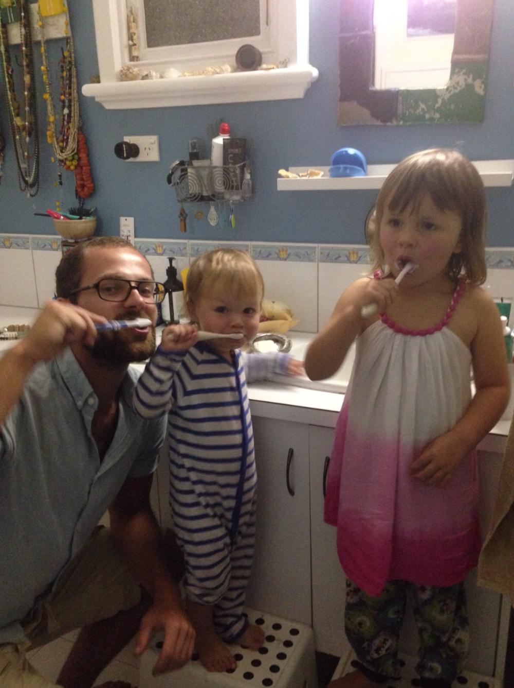Enno und die zwei Räuber beim Zähne schrubben