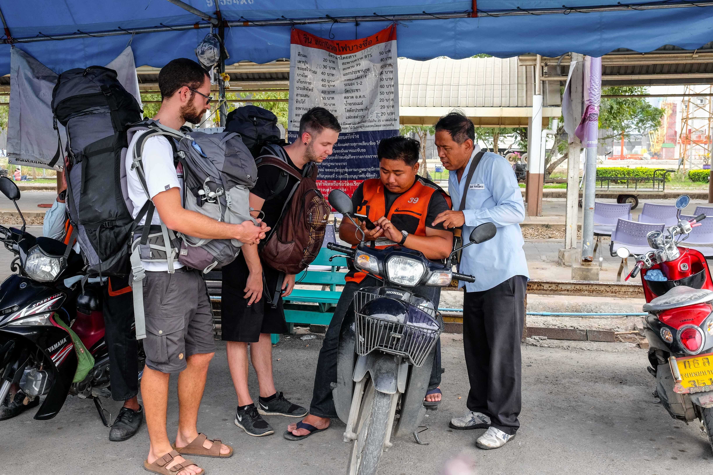 Ankunft in Bangkok. Die Jungs versuchen den Taxi Fahrer zu zeigen wo sich unser Hotel befindet.