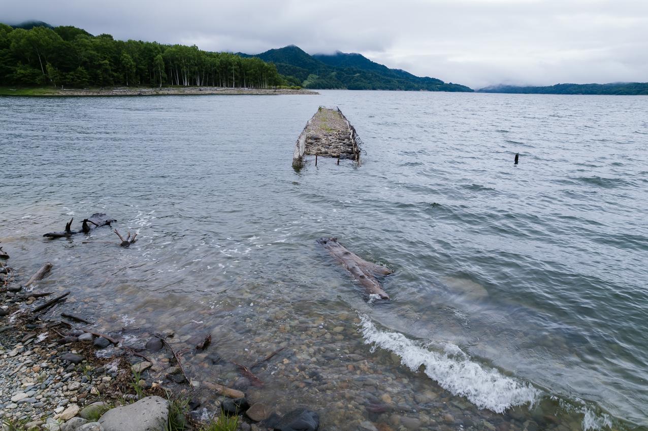 沈んでいく橋に寄せる波