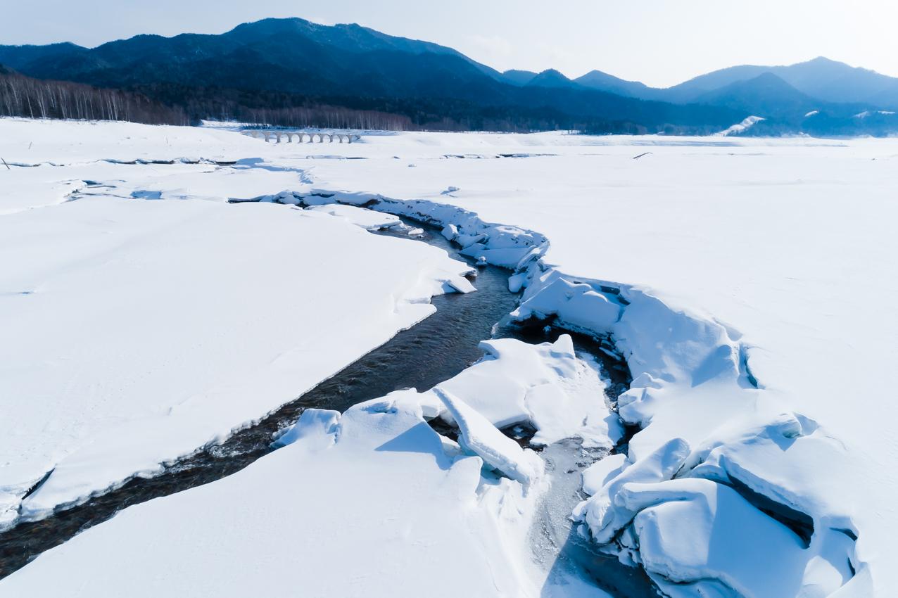 水音混じりの雪景色