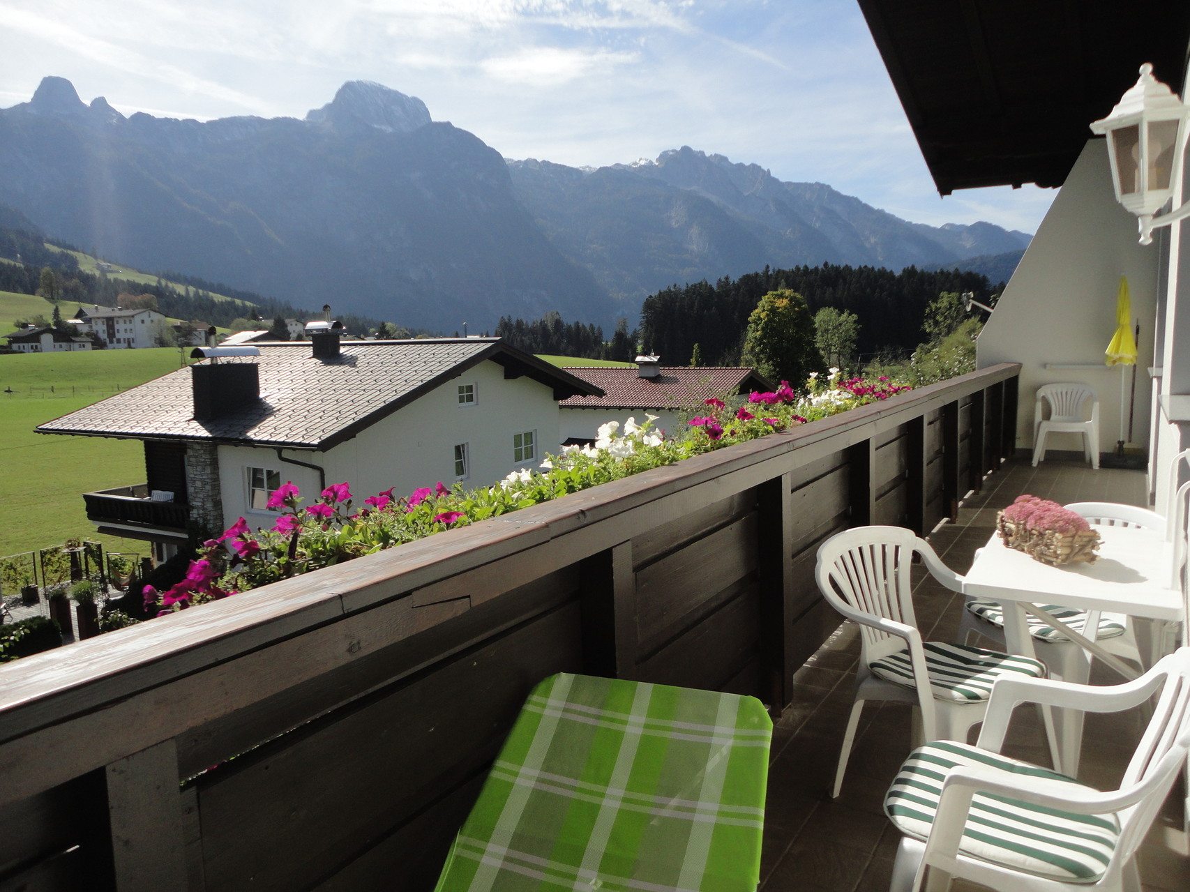 Balkon mit Tennengebirgsblick