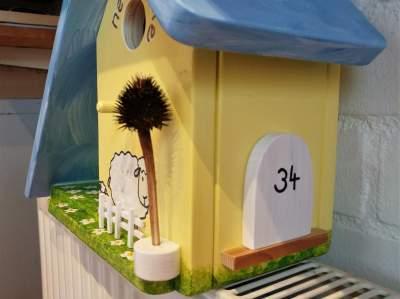 Nestkast en Voederhuisje NEW HOME met schaap, zijkant