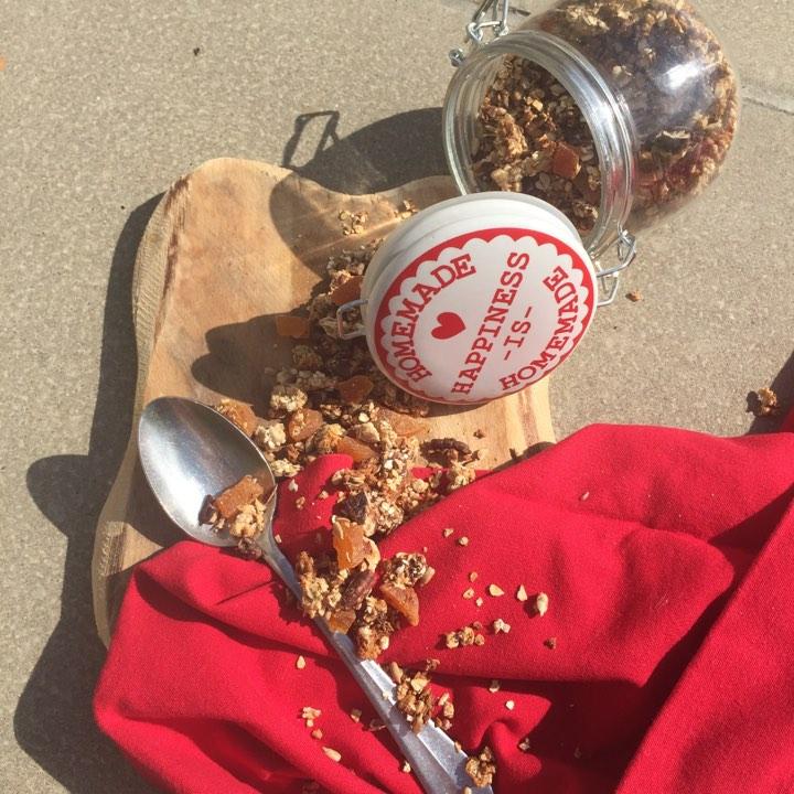 Homemade granola met gedroogde abrikoos
