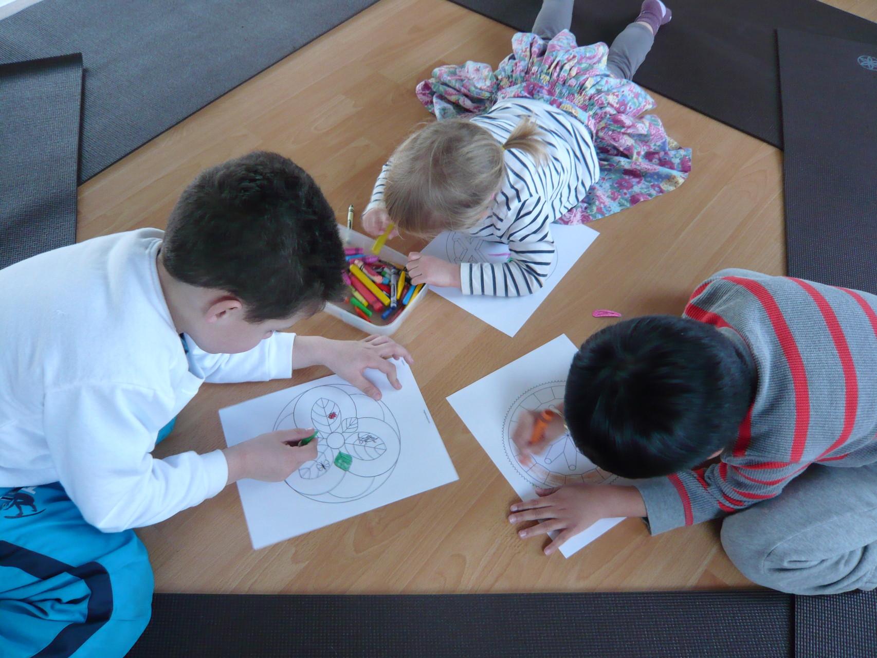Enfants qui colorient des mandalas