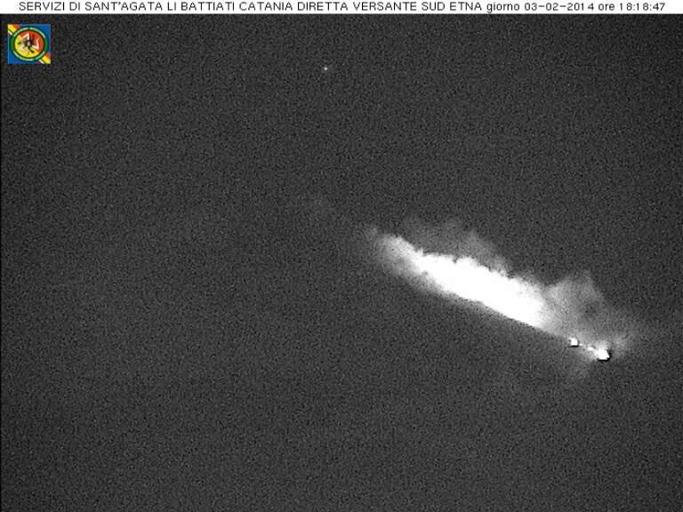 Frame che mostra il bagliore prodotto dall'effusione lavica in corso e il fronte di una piccola colata di lava