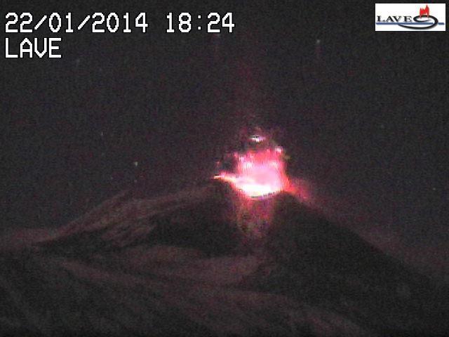 Frame della webcam Lave, che mostra un'esplosione stromboliana nel pomeriggio del 22 gennaio 2014