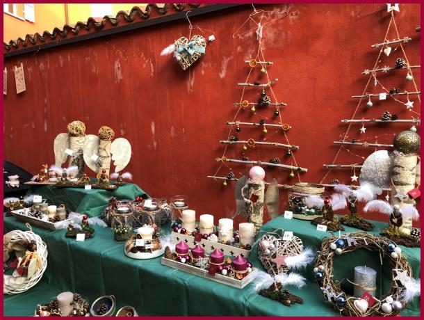 Bellissima facciata del Municipio addobbata con decorazioni natalizie