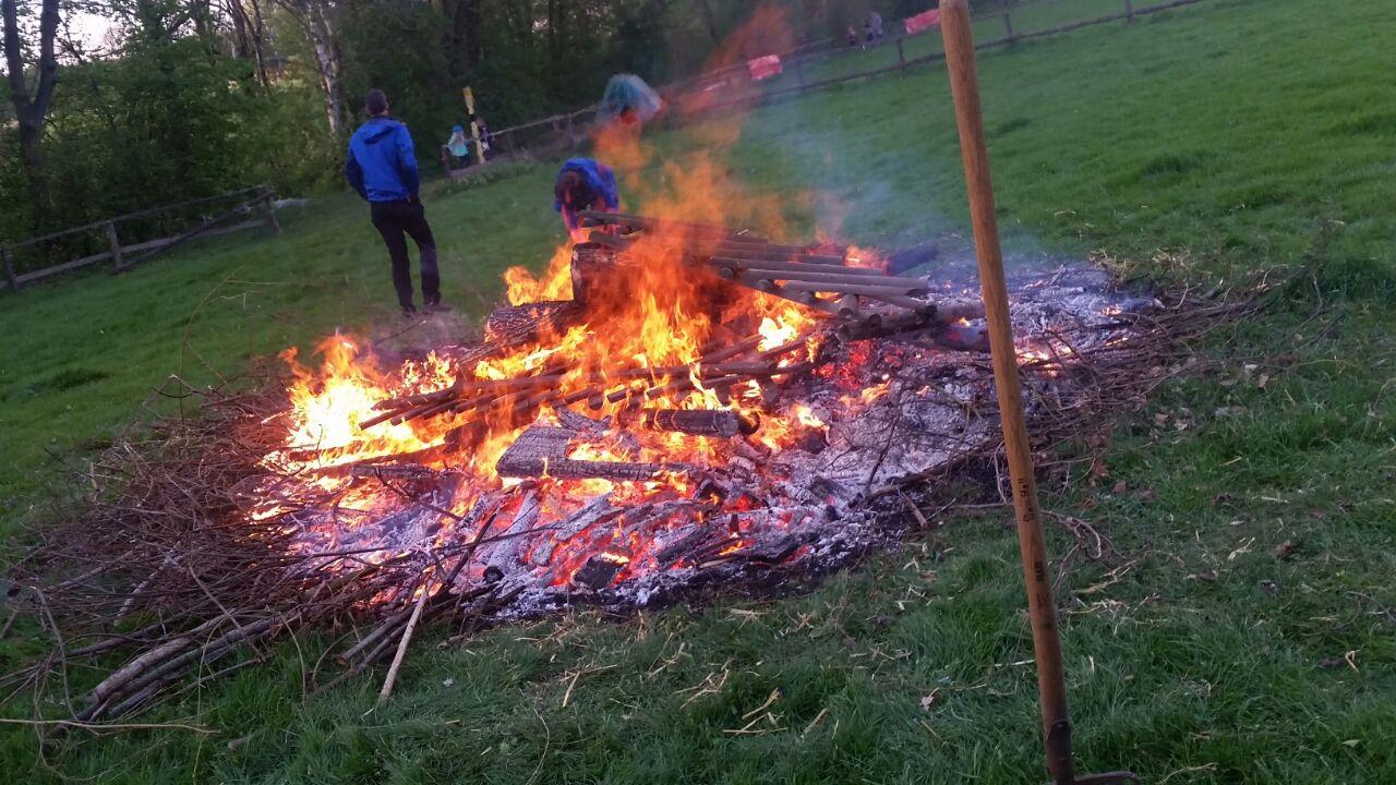 Am Abend werden die Flammen kleiner