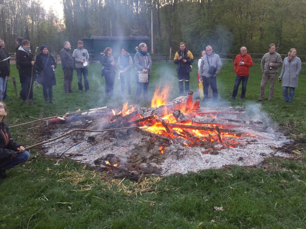 Gemütliche Runde am warmen Feuer