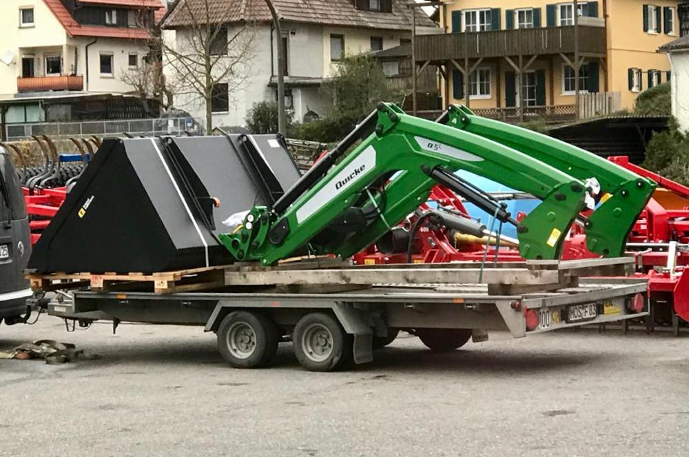 Plattform-Anhänger kippbar mit Auffahrrampen und Winde für eine Nutzlast bis zu 2.700kg
