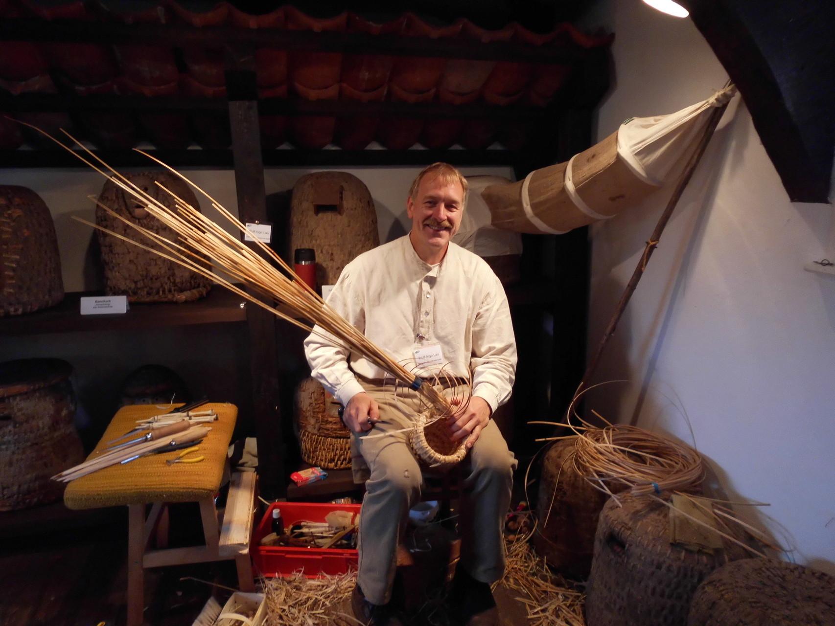 Imkermeister Ingo Lau demonstriert die Entstehung eines Lüneburger Stülpers