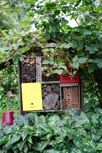 Hôtel à insectes au jardin naturel - Sophie Mayeux