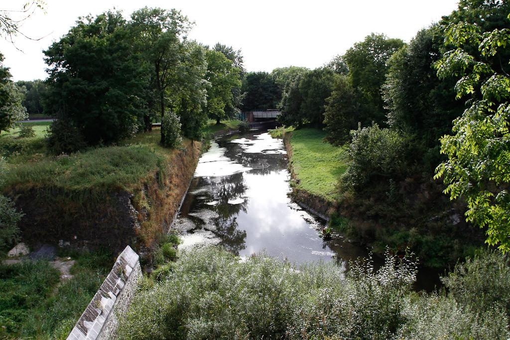 L'eau traverse les remparts - Sophie Mayeux
