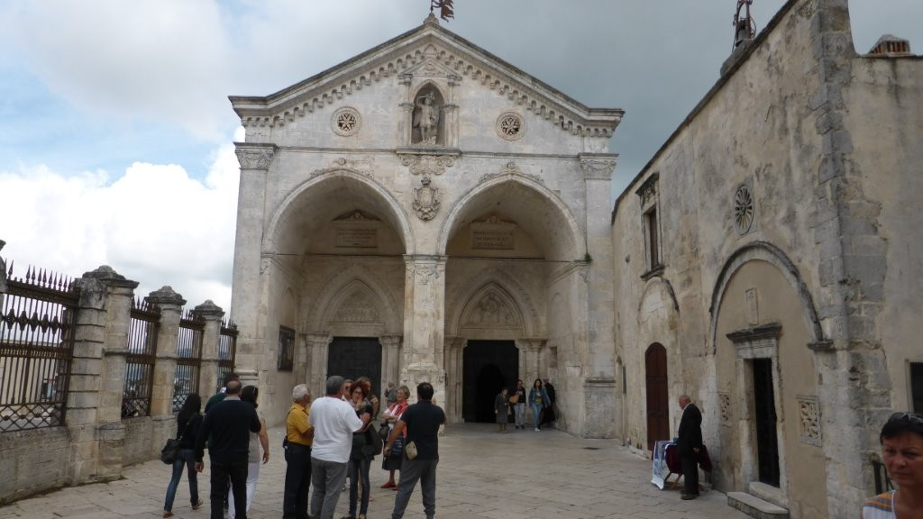 vor der Grottenkirche von Monte St. Angelo