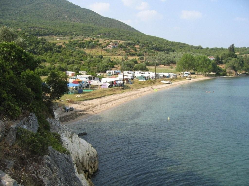 Stellplatz unter griechischen Dauercampern am Agia-Satira-Beach bei Vonitsa