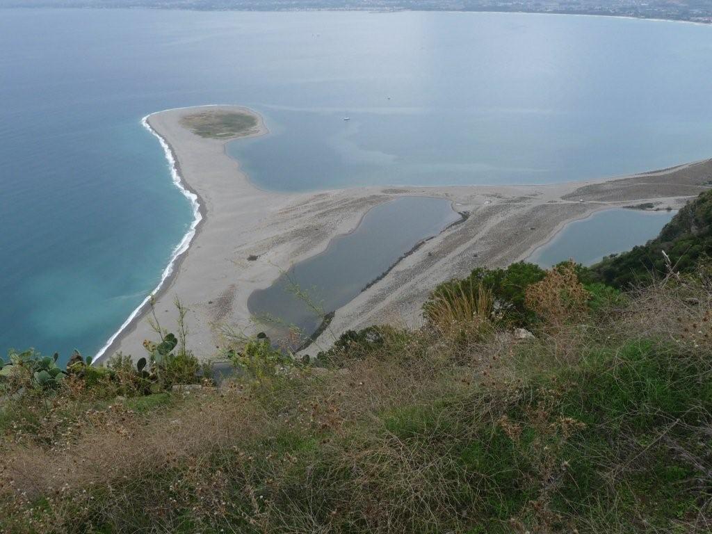 Blick von der Wallfahrtskirche Tindari auf die Lagunenstrände