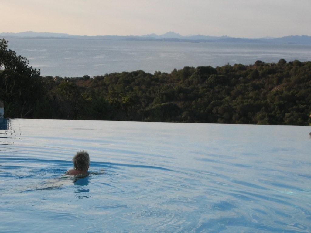 Pool am CP Rondinara mit Blick auf Sardinien