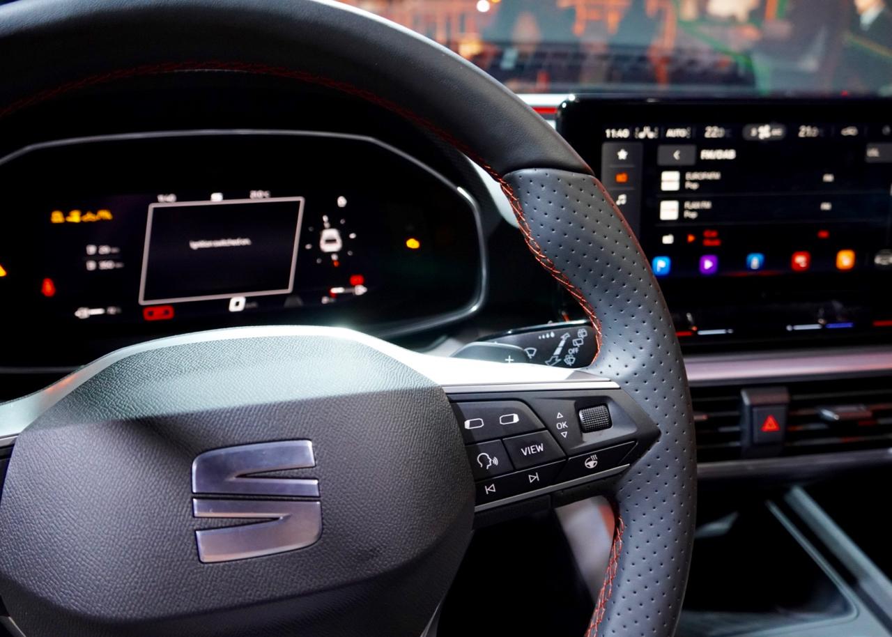 Voll digitalisiertes Cockpit. Das Display kann unterschiedlich bespielt werden.
