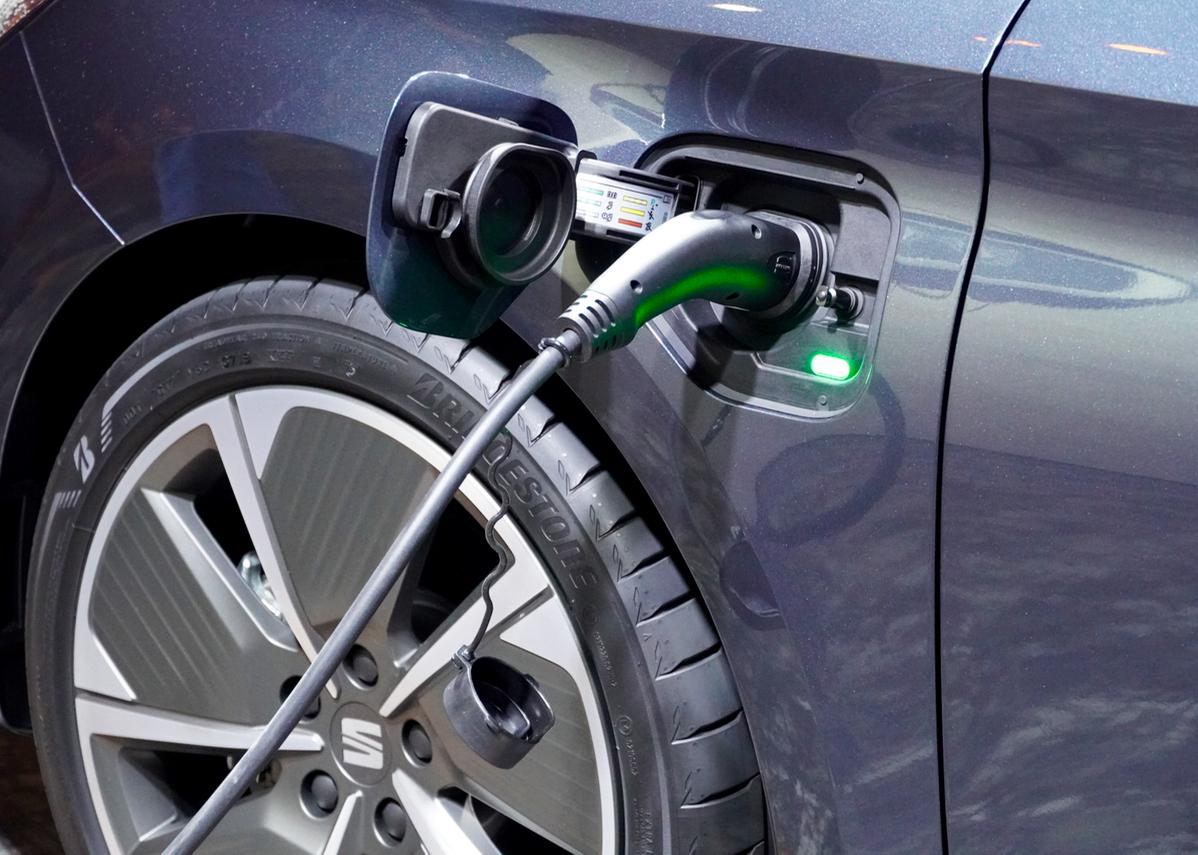 Plug-in-Hybrid-Variante. Mit seinem 1.4- TSI-Benzinmotor, 13 kWh starkem Lithium-Ionen-Akku und dem 6-Gang-DSG erzeugt der Leon eine Systemleistung von 204 PS (150 kW).