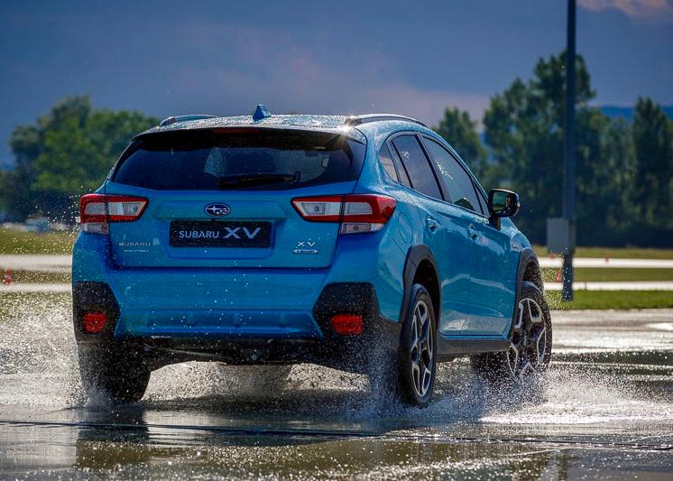 Auch mit der erhöhten Bodenfreiheit  zeigt sich der Subaru XV dank seinem tiefen Schwerpunkt sehr agil. Das hilft, kritische Situationen zu entschärfen.