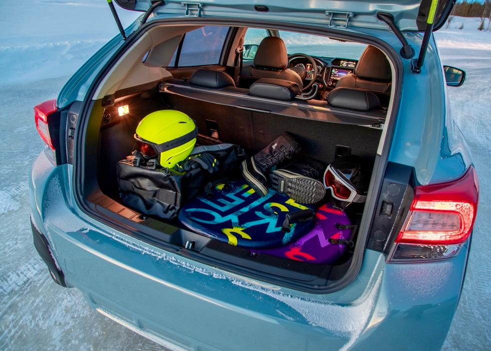 Das Kofferraumvolumen des Subaru XV E-BOXER kommt auf 340 Liter, klappt man die Rücksitzlehnen um, sind es bis 1.193 Liter.