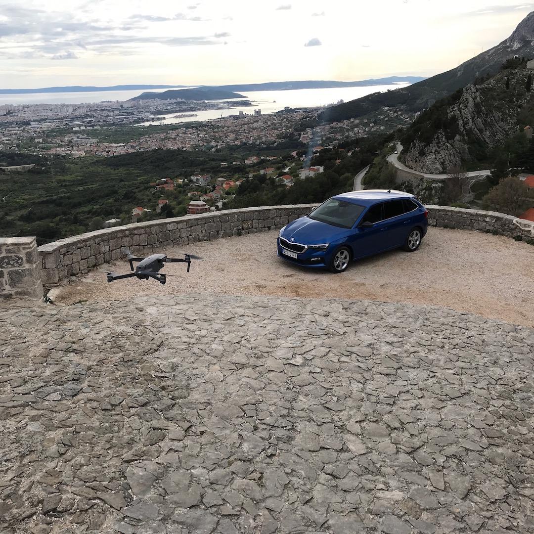 Drohne im Anflug für das Shooting mit fantastischer Aussicht.