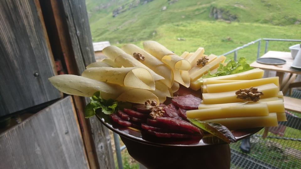 Zu unserem Alpbetrieb gehört auch die Verpflegung unserer Gäste im Alpbeizli. Ob mit einem schmackhaften Oberbergteller oder einem kühlen Glas Bier, wir sind täglich für sie da (18.07.2019)