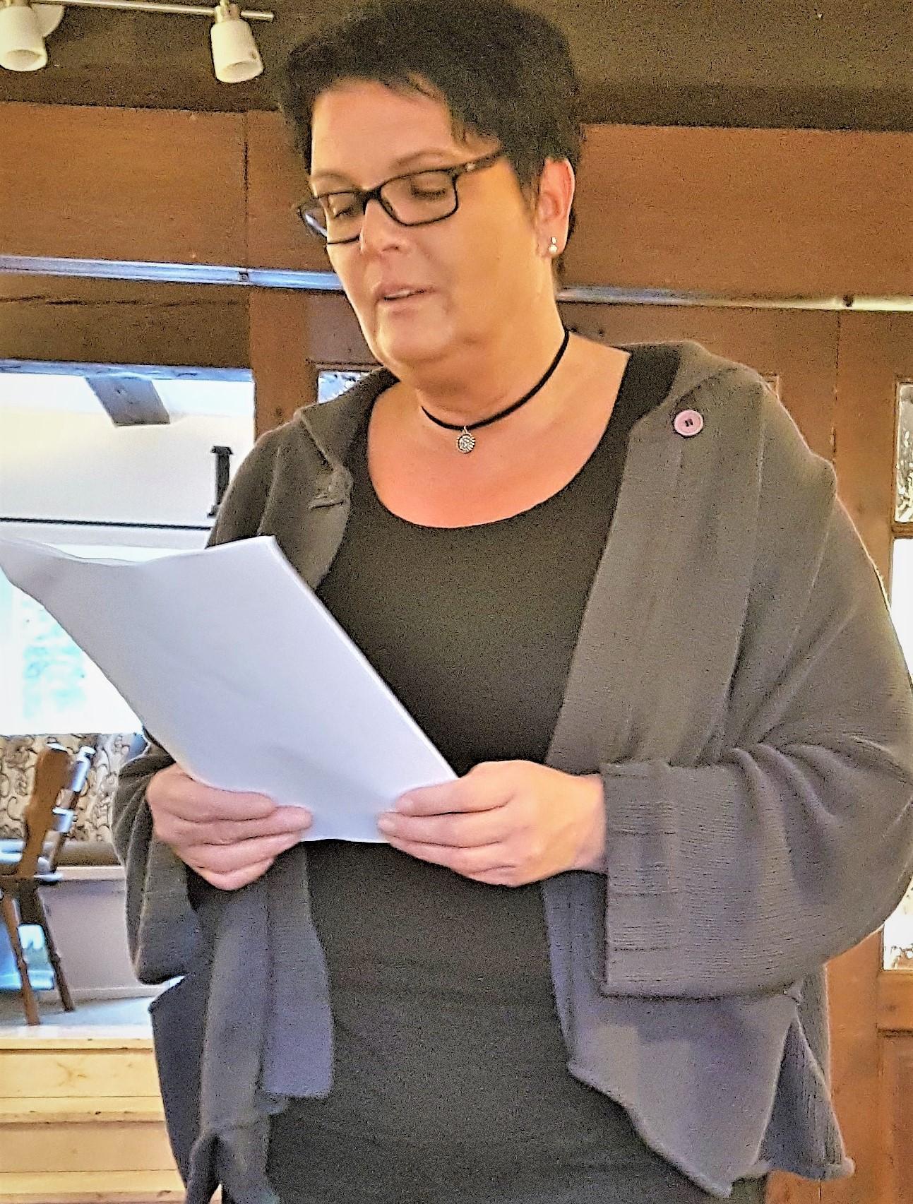 Heike  Breid trägt eine Adventsgeschichte vor