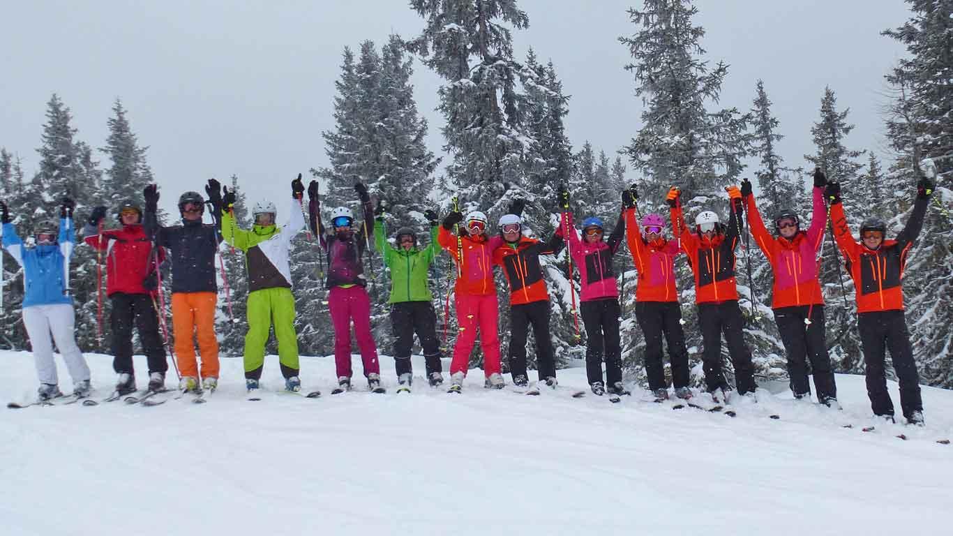 Fahre in deiner Freizeit Ski und entdecke mit uns lässige Skigebiete mit tollen Pisten.