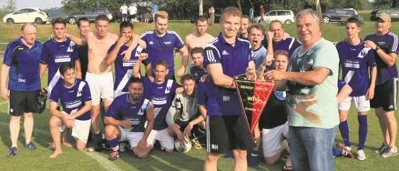 Bekamen von Staffelleiter Lothar Holzwarth den Meisterwimpel: Die Fußballer des SV Unterweissach.Foto: B. Strohmaier