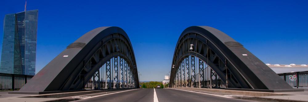 Panorama der Osthafenbrücke in Frankfurt am Main Stahlkonstruktion Autobrücke