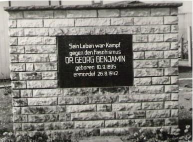 Gedenkstein für Dr. Georg Benjamin vor der ehemaligen Medizinischen Fachschule in der Gustav-Adolf-Straße