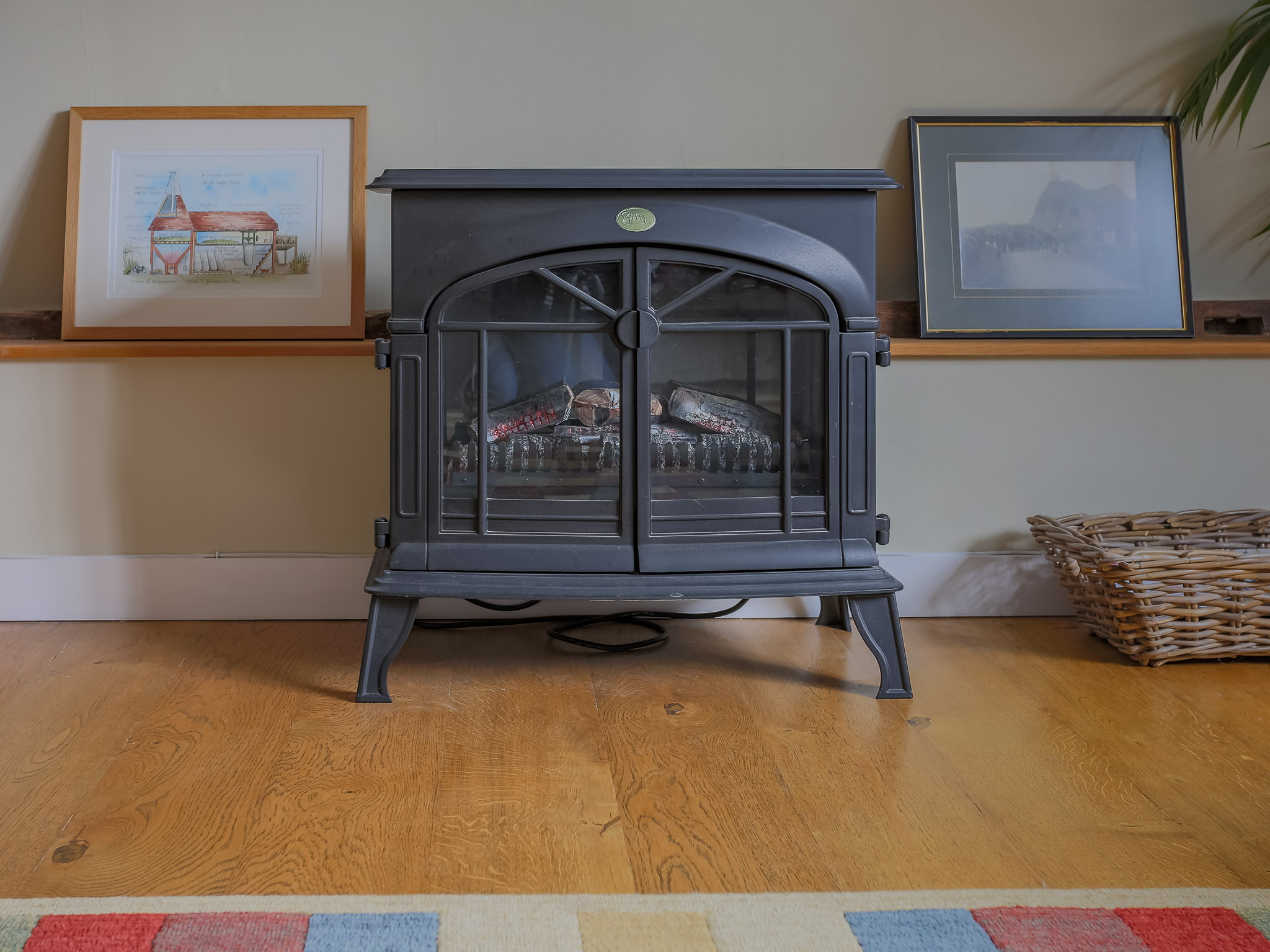 The oast is well insulated with central heating throughout, with an extra electric fire adds cosiness