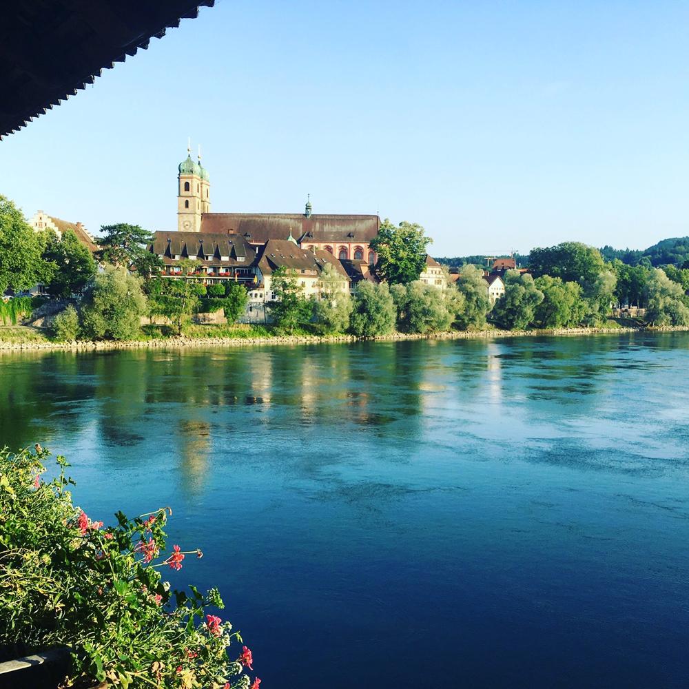 Fridolinsmünster im Hochsommer - von der historischen Holzbrücke aus gesehen