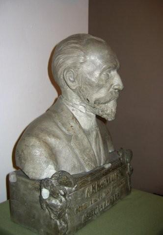 (26 и 16) Бюст Алексея Кирилловича Кузнецова (в 2-х ракурсах) ( ок. 1919г.)