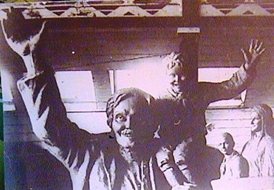 (16) Привет Октябрю! (Снято в мастерской скульптора) (1927г.)