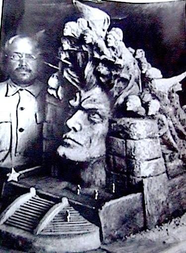 (16) Автор у макета памятника Социальной (Октябрьской) революции (1920г.)