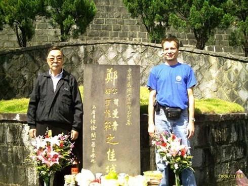 Xu Yizhong (Vorsitzender der Zheng Manqing Schule und der Forschungsgesellschaft sowie Grabwächter des verstorbenen Meisters) mit Christian Unverzagt am Grab von Zheng Manqing (Taiwan 2006)