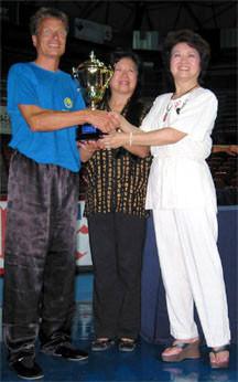 Die Töchter von Zheng Manqing überreichen Christian Unverzagt den Goldenen Pokal (Italien 2006)