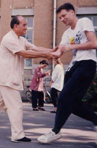 Meister Ke Qihua beim Tuishou mit Christian Unverzagt (Taiwan 1993)