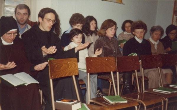 3°)   (Foto del 1978) La preghiera con Padre Luigi.
