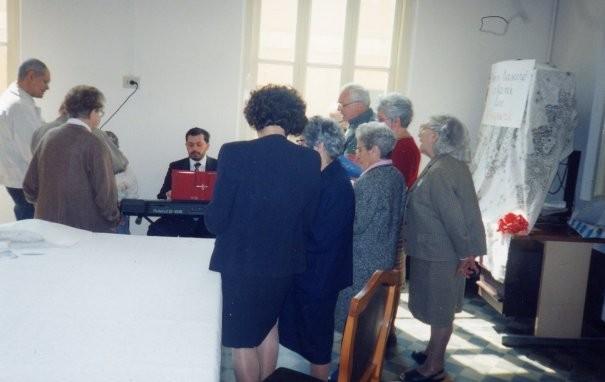 14°) (Foto del 2002) Si provano i canti per la Liturgia Eucaristica.